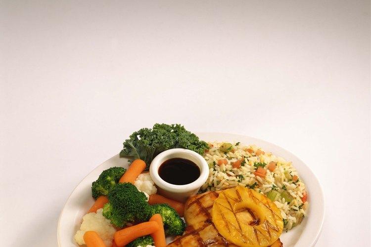El arroz pilaf es un acompañamiento inspirado en un restaurante para el pollo hawaiano.