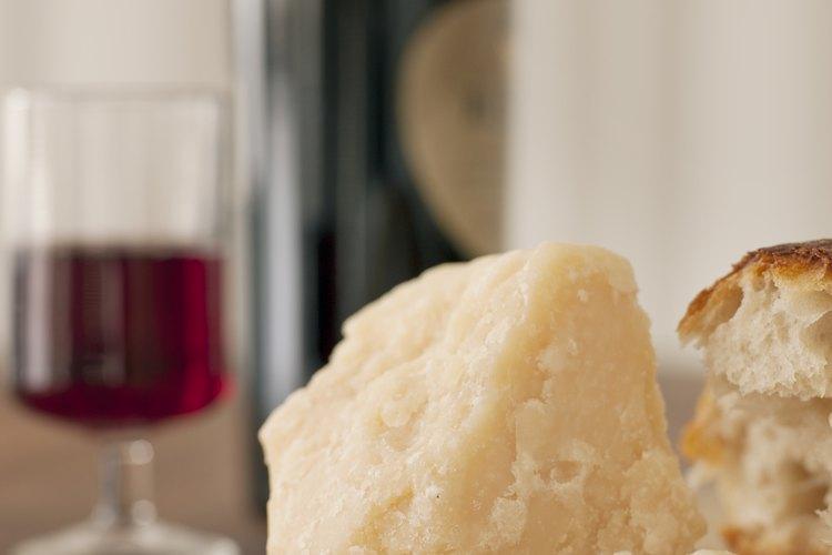 El pecorino romano es un queso italiano picante y granulado.