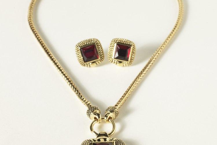 El regalo habitual para un regalo del 40 aniversario de la boda de una pareja es el rubí.