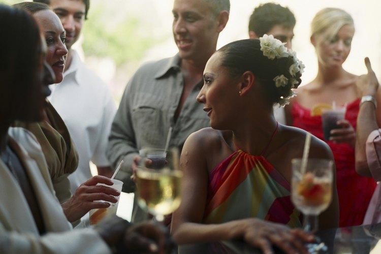 Solicita a los invitados a reunirse en torno al final de la fiesta.