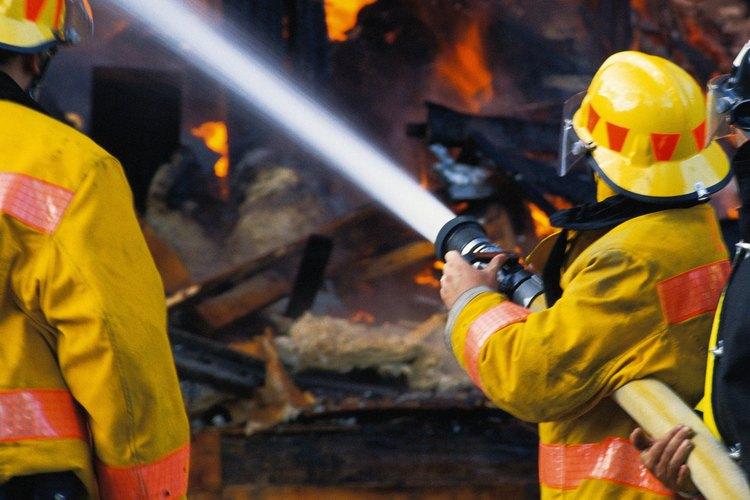 Los bomberos utilizan coordinación y repuesta rápida para apagar incendios y salvar vidas.