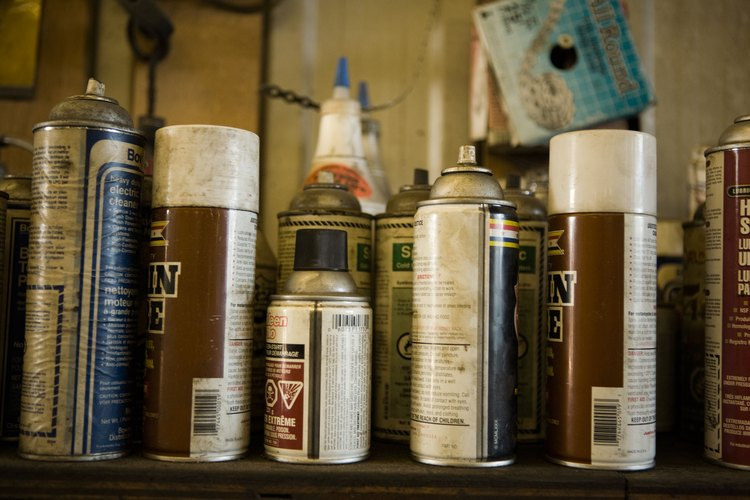 Muchos artículos domésticos comunes, tales como pegamentos y productos de limpieza, contienen disolventes.