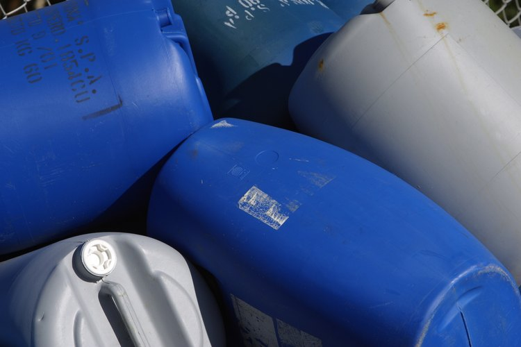 Utiliza barriles de plástico de grado alimenticio para recolectar agua de lluvia.