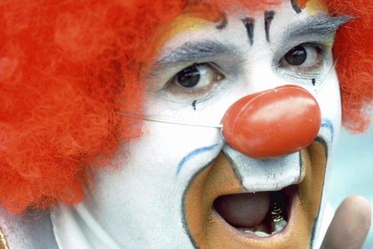 Además de las caras pintadas y las pelucas de colores locos, la mayoría de payasos usa una nariz brillante.