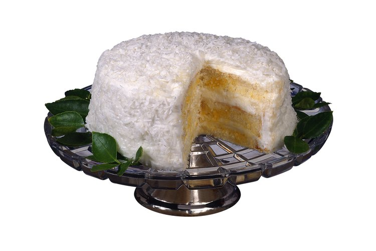 Utiliza pudín en lugar de relleno para pastel para rellenar el espacio entre las dos capas del pastel.