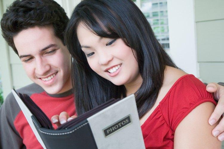 Un pequeño libro de recuerdos o recortes puede hacerse a mano o en un servicio de fotografía en línea.