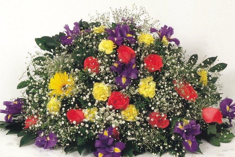 Lee los siguientes ejemplos de refranes para las tarjetas de las flores en un funeral.