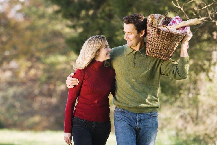 Lleva a tu novia en un picnic romántico, con velas.