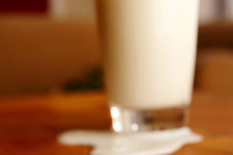 Limpia la leche derramada antes de que tenga la oportunidad de estropear y manchar tus muebles.
