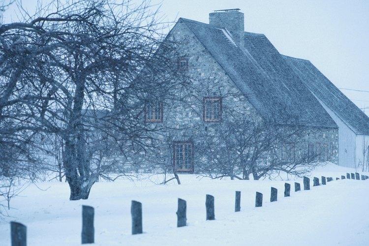 Una casa con un techo inclinado diseñada para perder nieve.