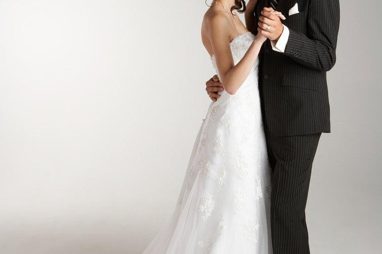 cómo hacer para recoger la cola de un vestido |