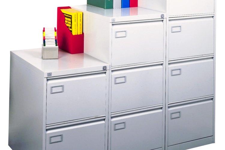 Usa un armario o cajón grande como un lugar de almacenamiento para estos papeles.