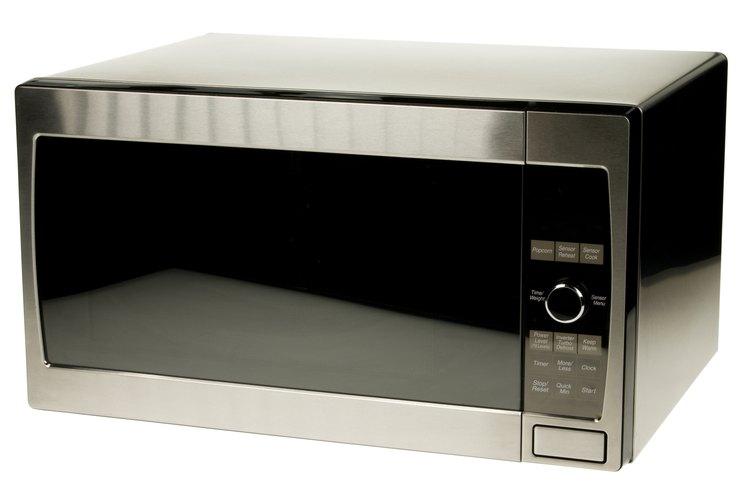 Pon la taza de agua en la parte posterior del horno de microondas.