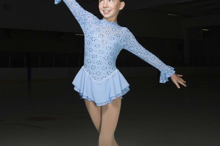 Algunos patinadores compiten por medallas y premios.