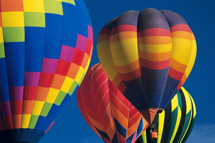 Los globos de aire caliente flotan porque el aire caliente dentro es menos denso que el aire fresco y los alrededores.
