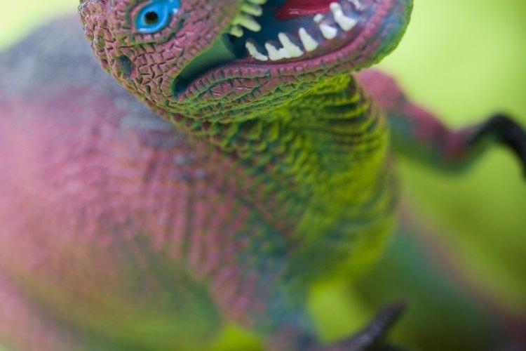 Un pequeño dinosaurio de plástico colocado dentro del huevo de dinosaurio crea un buen regalo o juego de fiesta.