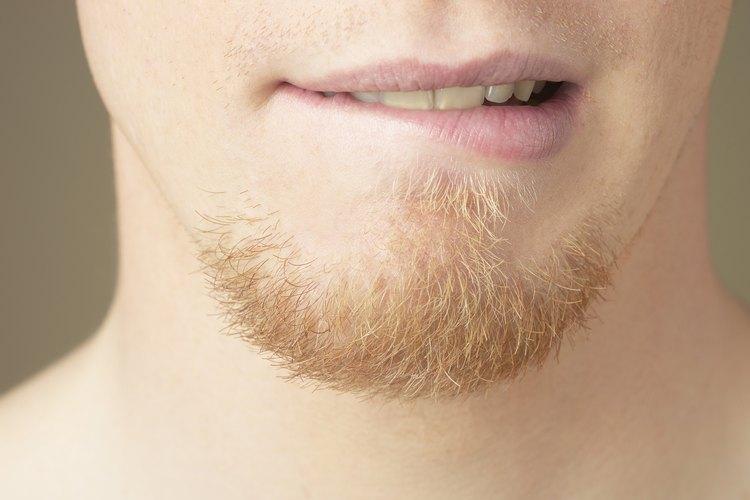 No te veas tentado a dejarte crecer la barba muy larga. Sólo acentúa puntos flacos.
