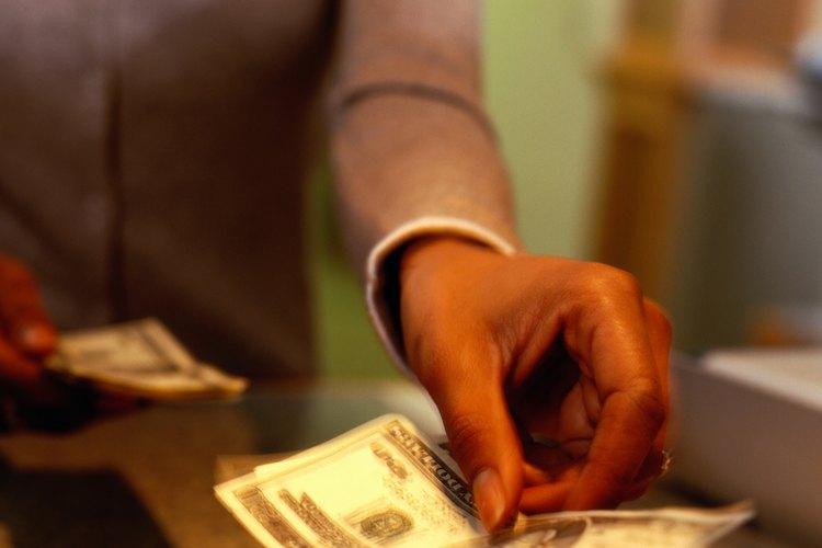 Los cajeros de los bancos manejan los depósitos y retiros.