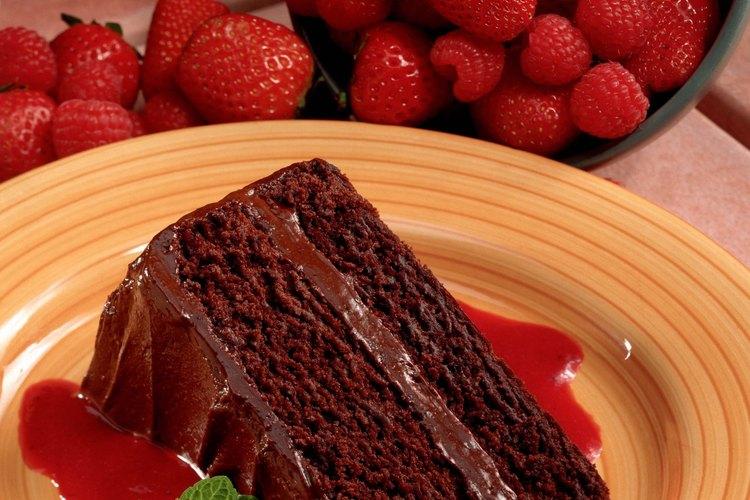 Haz un relleno de dulce de chocolate para tu próximo pastel con capas.