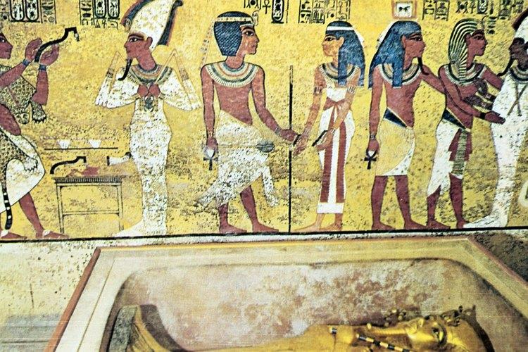 Los egipcios durante los períodos clásico y medieval llevaban ropa sencilla, hecha principalmente de lino.