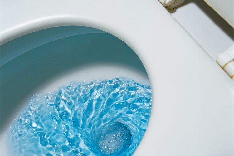 Las obstrucciones de objetos en un inodoro requieren un enfoque diferente que otros bloqueos.