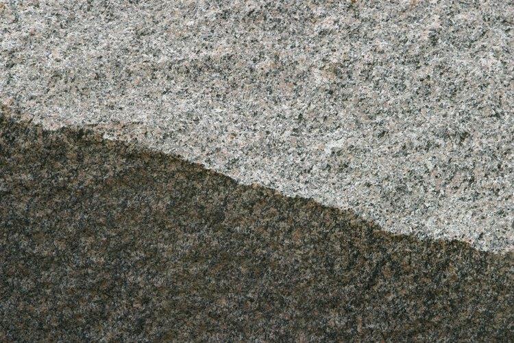 La andesita es una roca ígnea compuesta de minerales de silicato oscuros y feldespato.