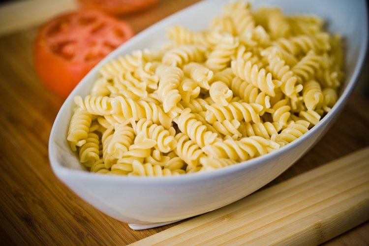 Añade pollo, salsa de tomate y especias a esta pasta para elaborar un plato que te haga agua la boca.