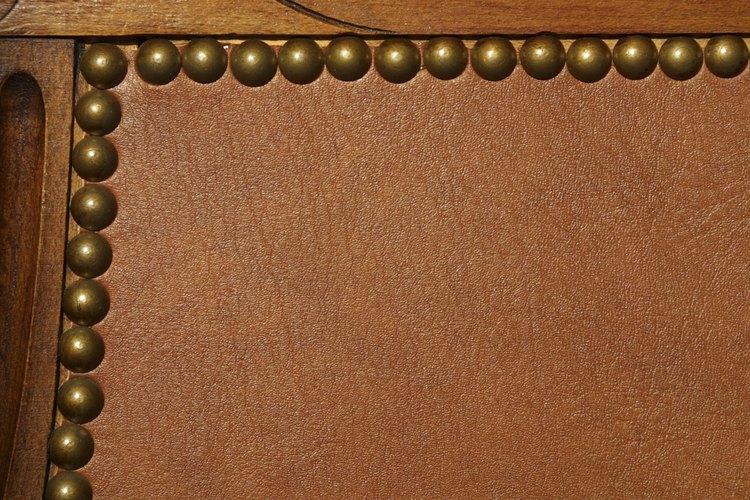 Los tintes para cuero se pueden usar para cubrir los desgastes de este material o para oscurecer el tono del cuero.