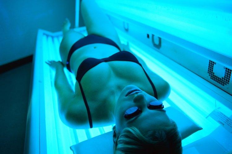 Broncearse, ya sea en camas solares o exponiéndose al sol, es dañino para la piel.