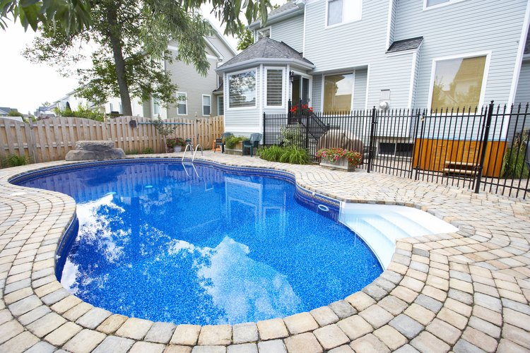 Cuando la alcalinidad se vuelve demasiado alta en una piscina, puede causar varios problemas.