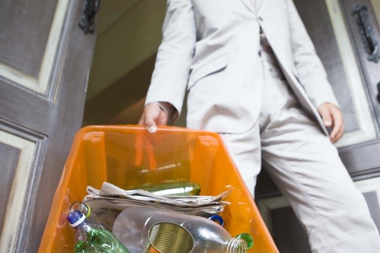 Reciclar el plástico minimiza la cantidad de productos de desperdicio en los basureros.