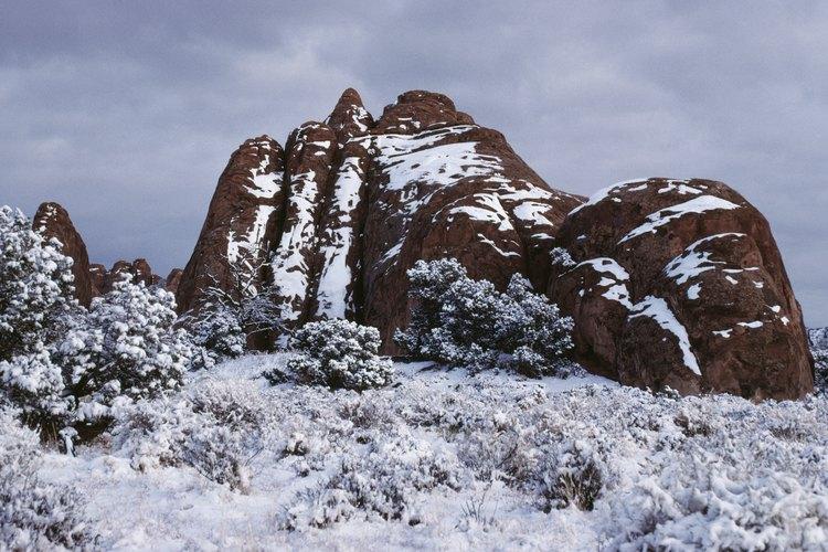 Una cosa que se encuentra en los desiertos fríos en lugar de calientes es el permafrost.