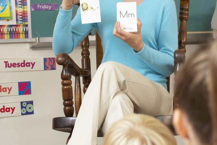 Maestra usando tarjetas de vocabulario.
