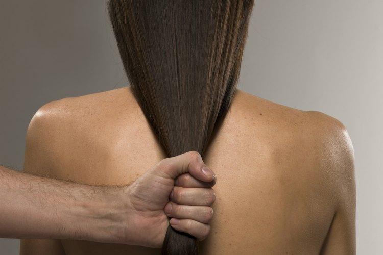 Suaviza tu pelo áspero con productos humectantes.