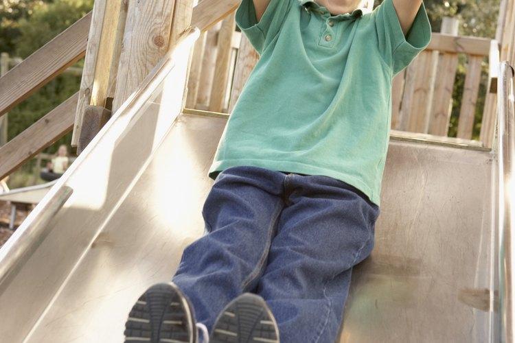 Construye un tobogán para tu patio trasero para proporcionar horas de diversión a los niños.