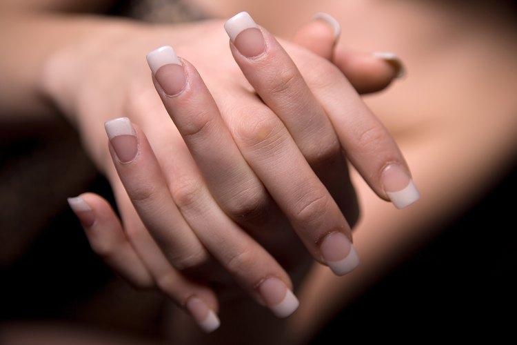 Haz crecer tus uñas más largas siguiendo unos pocos pasos.