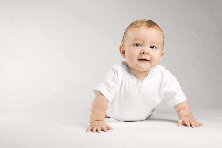 El tiempo boca abajo es una actividad de tiempo de juego beneficioso para los bebés pequeños.