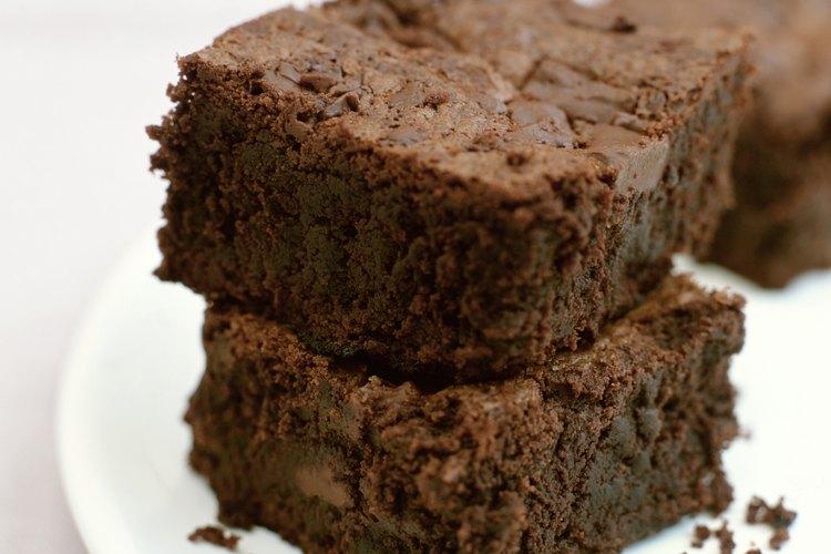 El aceite de oliva y el aceite vegetal tienen la misma cantidad de grasa y algunas veces pueden sustituirse entre sí en las recetas de brownies.
