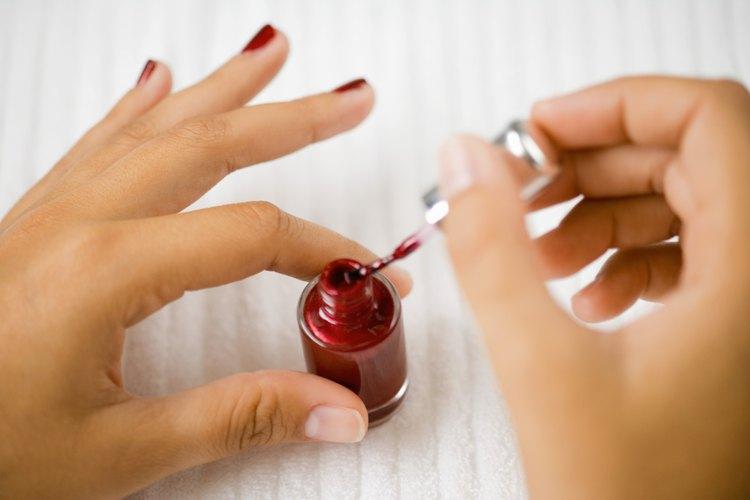 Si las uñas de acrílico no se han aplicado correctamente, o si el manicuro no ha hecho un buen trabajo, éstas pueden dejar tus verdaderas uñas blandas y quebradizas.
