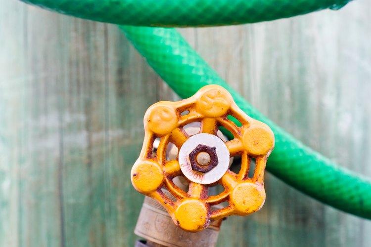 Usa un grifo exterior para drenar el agua del sistema de plomería.