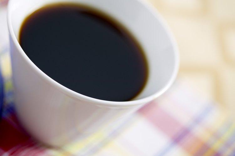 El café puede dejar manchas desagradables en una alfombra.