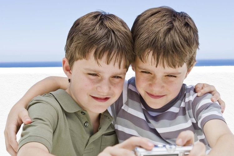 Los niños pueden desarrollar fuertes conexiones con sus hermanos, a pesar de los conflictos inevitables.