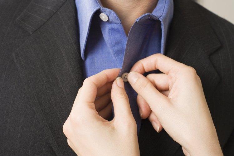 Remueve las arrugas de una camisa de vestir con un vaporizador de ropa.