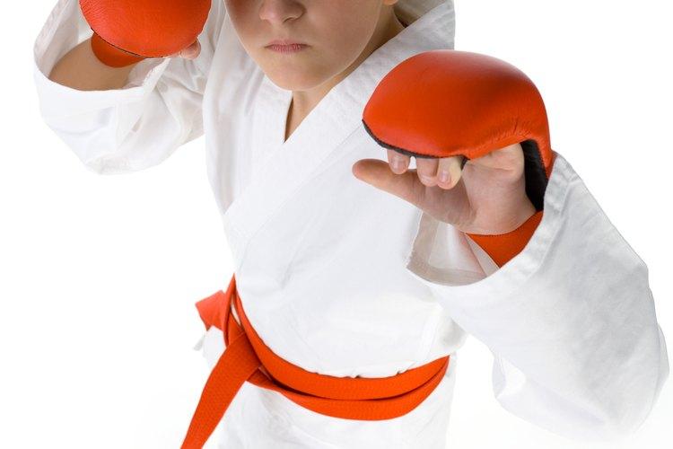 Envíalo a clases de karate para que crezca y aprenda.