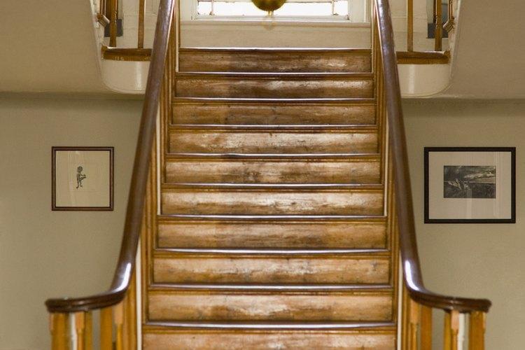 La madera dura es la mejor opción para las huellas de la escalera.