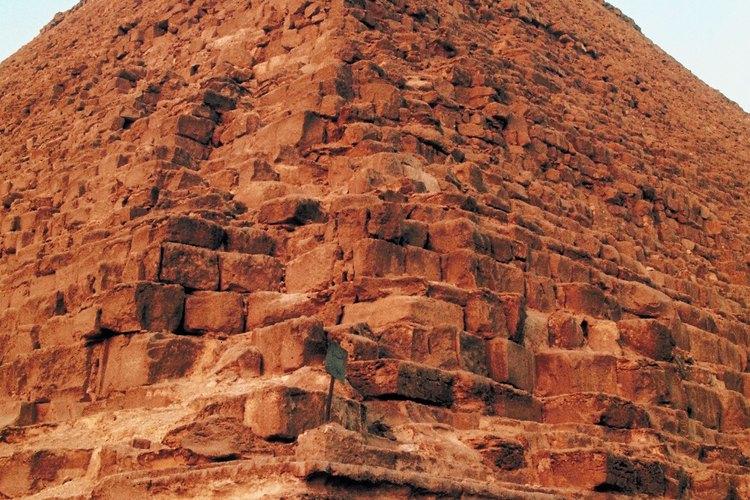 La pirámide alguna vez tuvo una fachada suave, pero únicamente queda la estructura exterior.