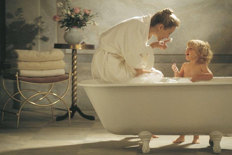 Un baño caliente no solo ayuda a despejar la congestión, sino que puede ayudar a un niño a relajarse antes de acostarse.