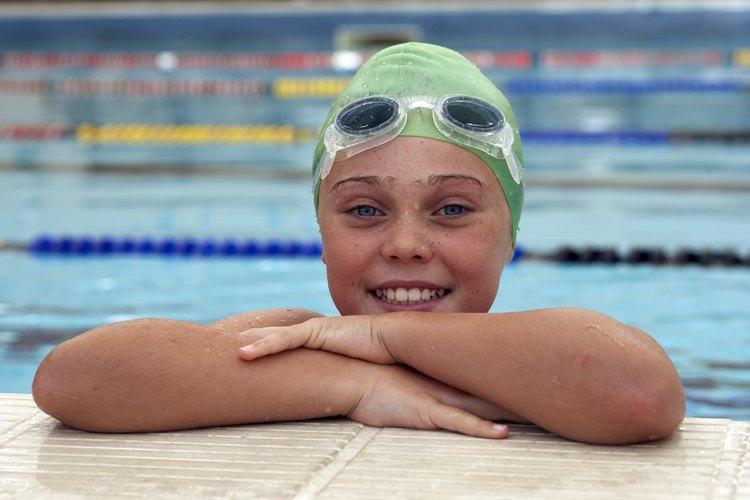 Las gorras y las gafas son requisito en los equipos de natación, y deben ajustarse perfectamente.