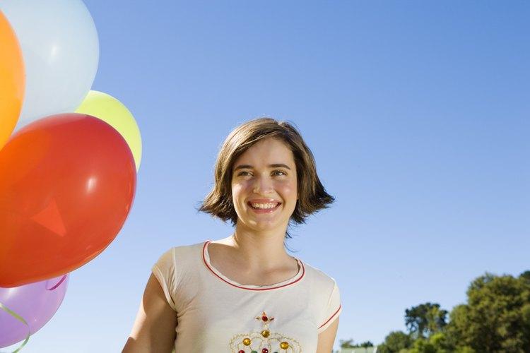 Una joven prepara blancos de globo.