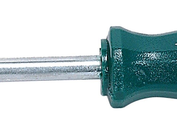 Afloja los tornillos del mecanismo del asiento con un destornillador Phillips.